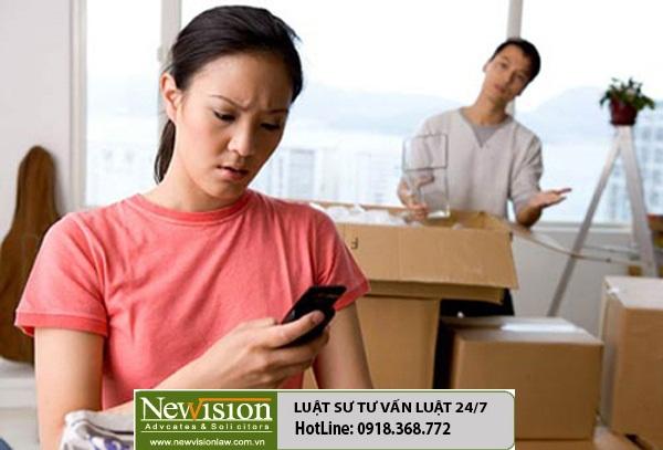 Kiểm tra, kiểm soát điện thoại của chồng có phạm luật không ?