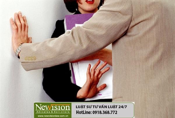 Sếp quấy rối tình dục: Tố cáo cho mất chức hay kiện đòi bồi thường ?