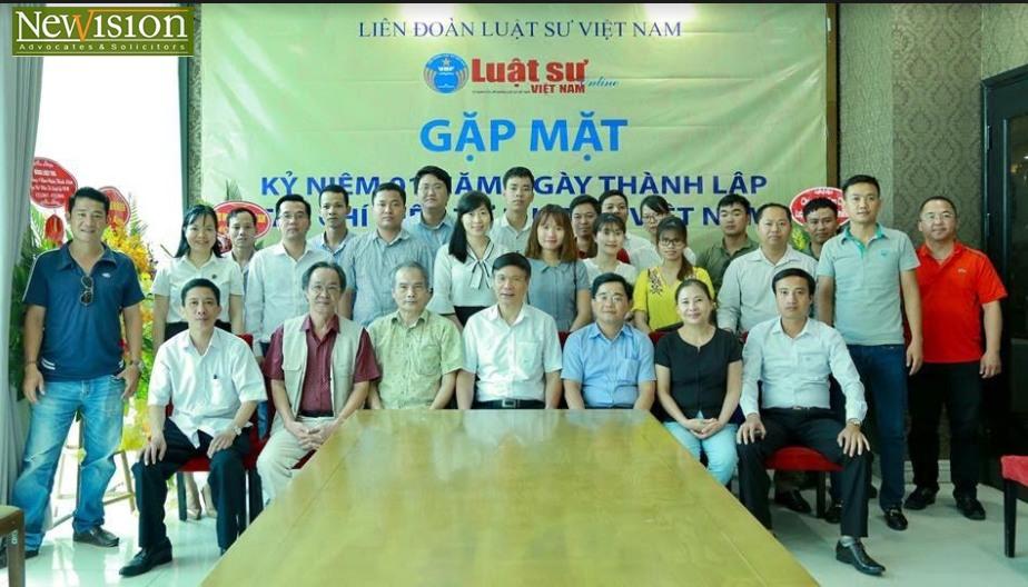 Lãnh đạo, nhân viên Tạp chí và các đại biểu chụp ảnh lưu niệm tại buổi gặp mặt.
