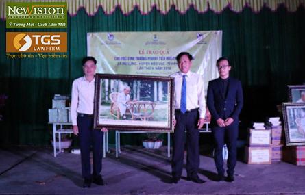 Ông Trần Văn Sại – Phó Giám đốc Luật TGS và là Phó Tổng Giám đốc Công ty CP Đầu tư và Kinh doanh Bất động sản TGS Group và anh Đỗ Đức Tài là cán bộ Luật TGS tặng quà cho đại diện UBND xã Pải Lủng