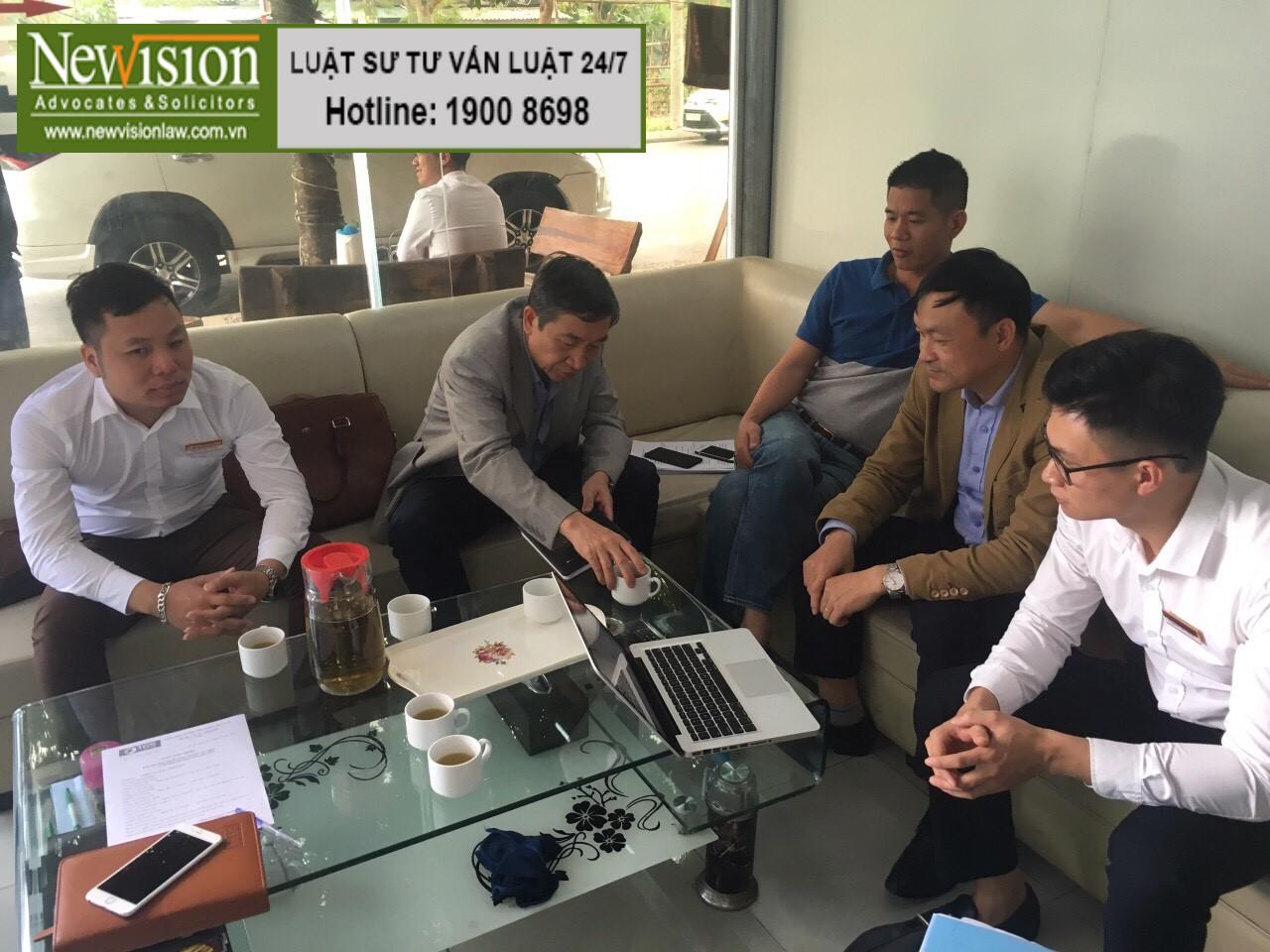 Ảnh: Luật sư Công ty Luật TGS làm việc trực tiếp với vợ chồng ông N.N.T tại Thái Bình